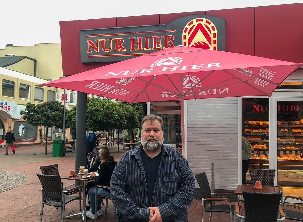 """Matthias Grubert von der Rettungswache Uetersen vor dem Café """"Nur Hier"""""""