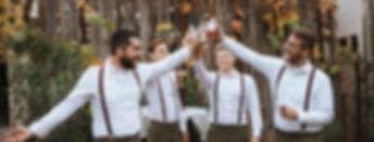 Vier Männer drinken Bärnstein und freuen sich dabei!