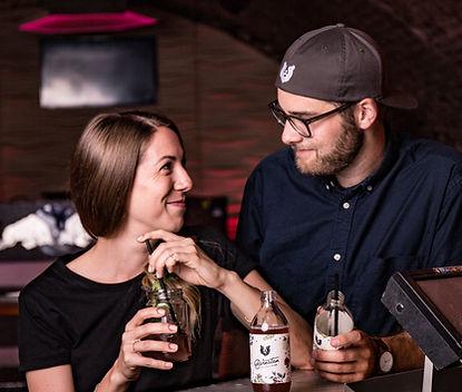 Ein junges Paar genießt einen Bärnstein-Cocktail in der Bar.