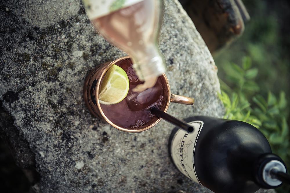 Bärnstueck mit Bärnsten Dirndl zubereitet, Wildstueck-Gin-Flasche im Hintergrund.