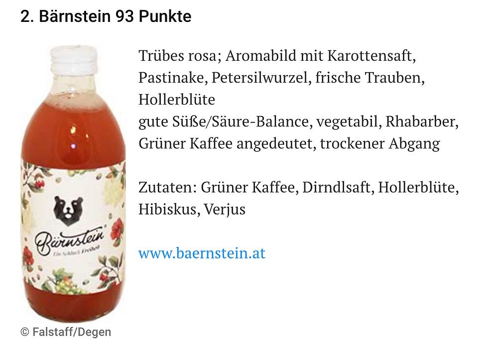 Die Flasche Bärnstein Dirndl mit der Punktenanzahl von 93 (und damit an Position 2). Beschreibungstext: Trübes rosa, Aromabild mit Karottensaft, Pastinake, Petersilwurzel, frische Trauben, Hollerblüte. Gute Süße/Säure-Balance, vegetabil, Rhabarber, Grüner Kaffee angedeutet, trockener Abgang. Zutaten: Grüner Kaffee, Dirndlsaft, Hollerblüte, Hibiskus, Verjus. www.baernstein.at
