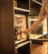 Eine Flasche Bärnstein Quitte wird aus einem Kühlschrank genommen.