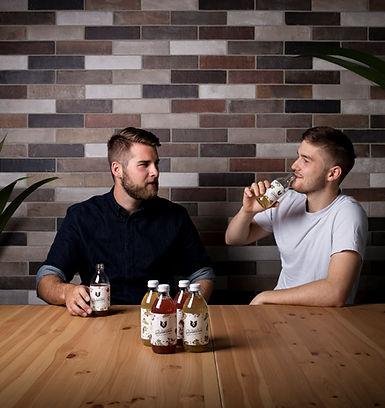 Zwei Personen sitzen am Tisch und trinken Bärnstein.