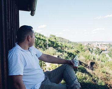 Martin Paul sitzt im Freien und drinkt eine Flasche Bärnstein.