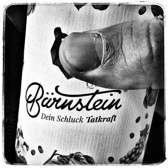 Bärnstein-Flasche in Händen mit der Aufschrift: Bärnstein. Dein Schluck Tatkraft.