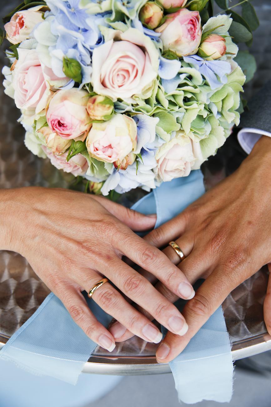 Hochzeit Blumen und Hand.jpg