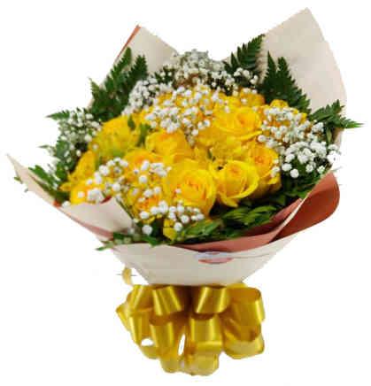 Buquê com 12 rosas amarelas, folhagem, gipsonfila e papel dupla face