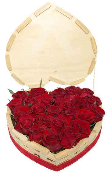 Coração de madeira com 24 rosas