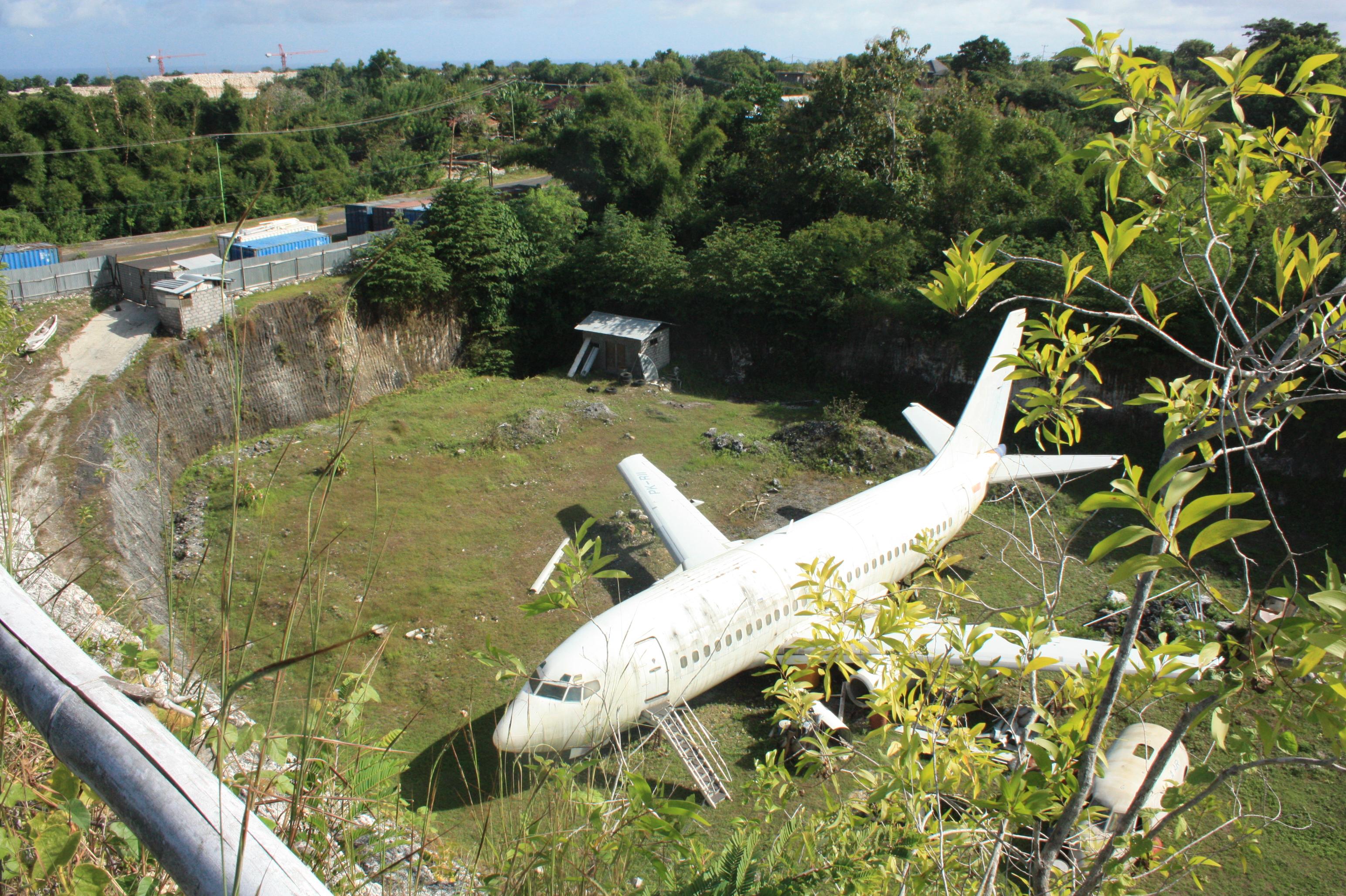 opustene lietadlo pri ceste