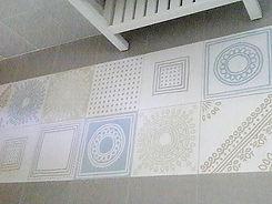 שטיח מאריחים מצוירים בצבעי פסטל בחדר רחצה במענית