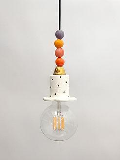 """מנורה קטנה עם נקודות, חרוזים צבעוניים ונורה חשופה - 320 ש""""ח"""