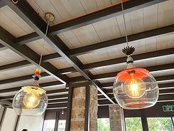 שני גופי תאורה מזכוכית במשרדו של אדריכל אלי מזרחי ביפו