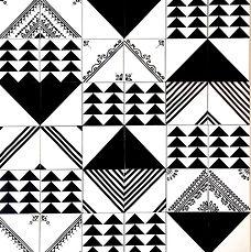 משולשים בשחור לבן מודפסים על אריחים 10/10 למטבח
