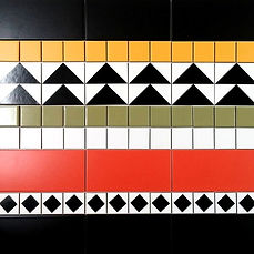 אריחים חלקים ומודפסים יוצרים שטיח צבעוני