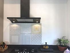 קרמיקה מצוירת בדוגמאות שונות, צבעוניות רגועה במטבח בסלעית