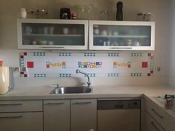 שטיח ארוך וצר מעל הכיור במטבח בצורן