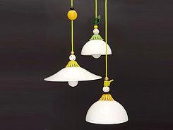 שלושה גופי תאורה בשילוב צבעים מיוחד תלויים ביוטבתה