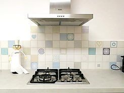 מטבח רגוע רקע שמנת וגוונים שקטים במטבח בתל-אביב
