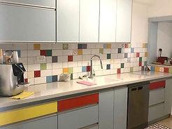 אריחים בגדלים שונים מסודרים בפסים אופקיים במטבח בקריות