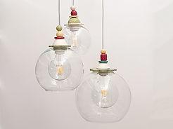 גוף תאורה מורכב משלושה כדורי זכוכית שקופים בגדלים שונים