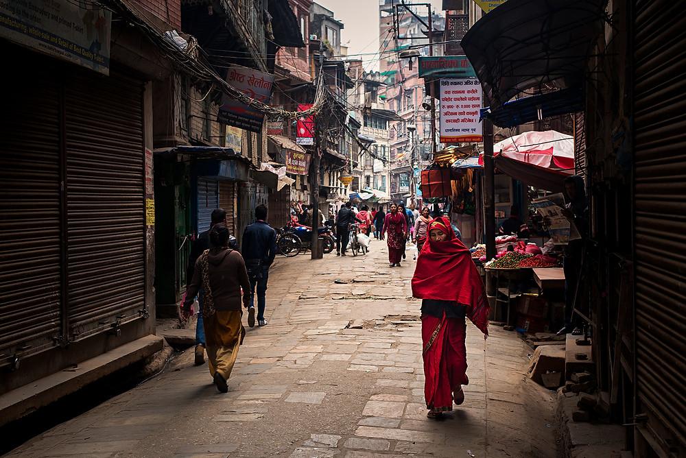 La mujer de rojo, Katmandú, Nepal