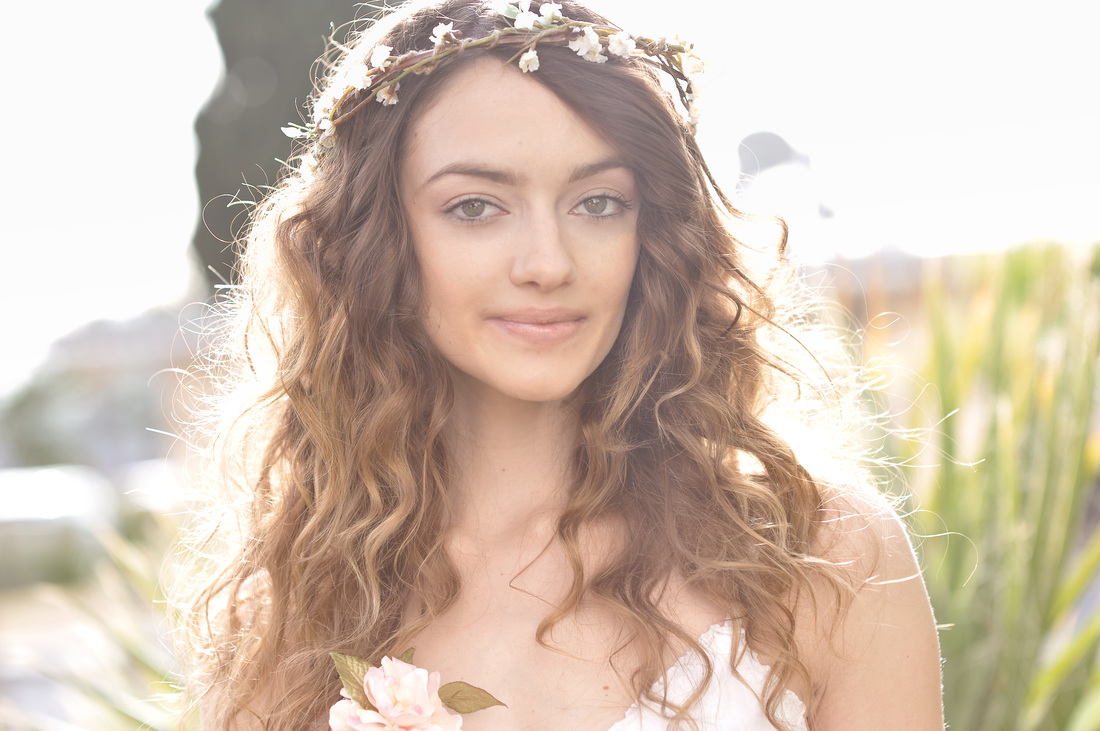 Bride-with-natural-Makeup-curly-hair