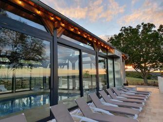La piscine et sa terrasse extérieure
