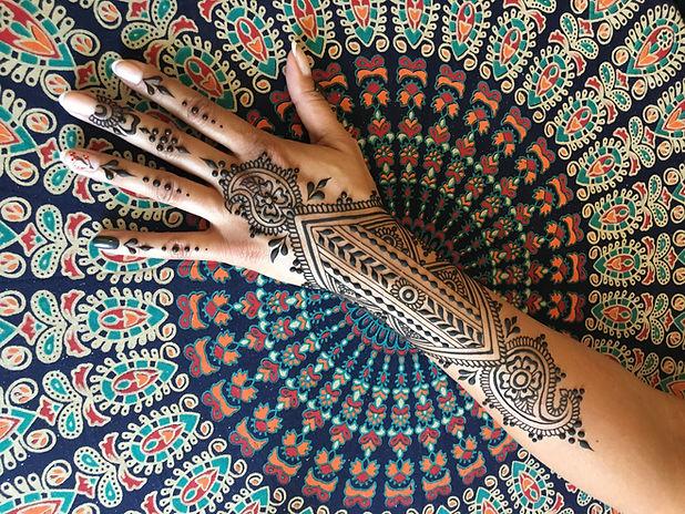 Tatouage au henné sur fond texturé