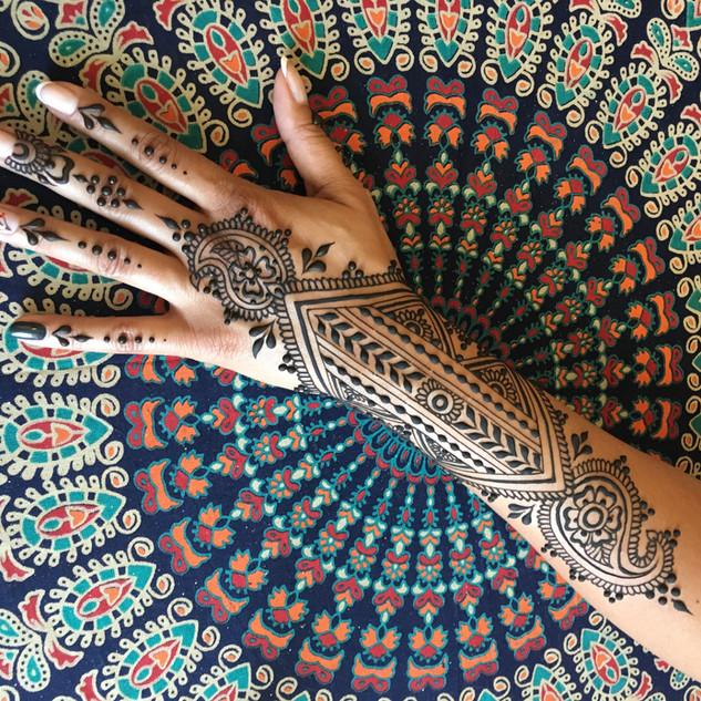 Tatuaggio all'henné su fondo strutturato
