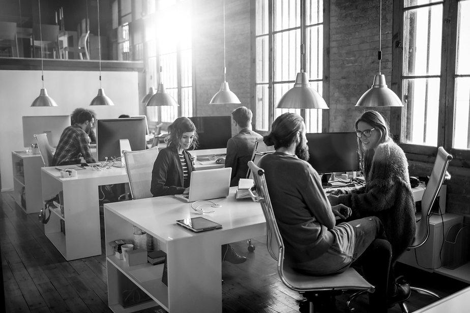 Personas en una oficina de marketing digital trabajando