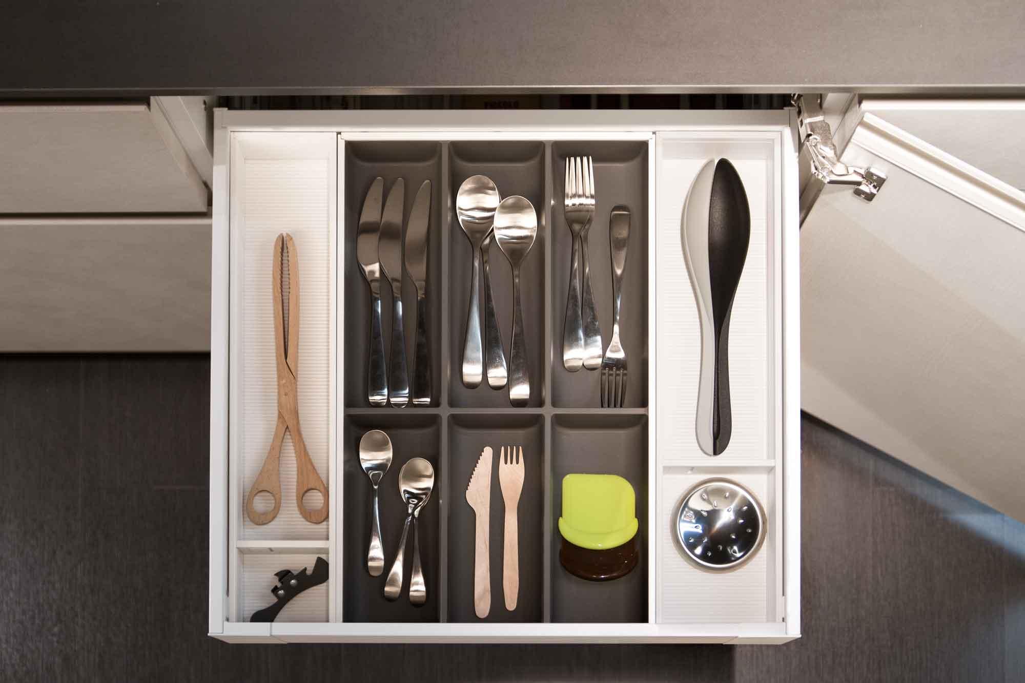 Cucina_moderna_cassetto_portaposate