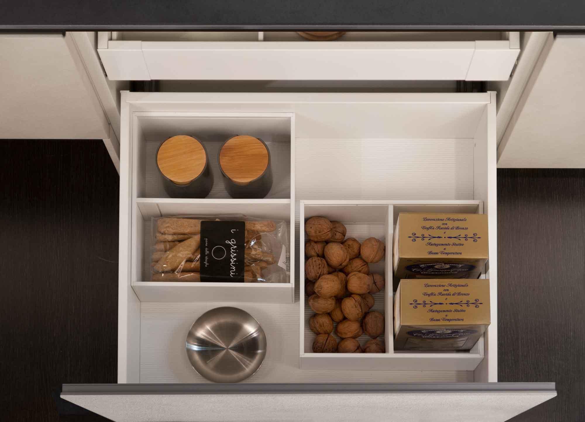 Cucina_moderna_cassetto_accessori_bianchi