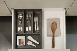Cucina_moderna_cassetto_portaposate_grigio