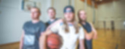 Henkilöitä koripallon kanssa.