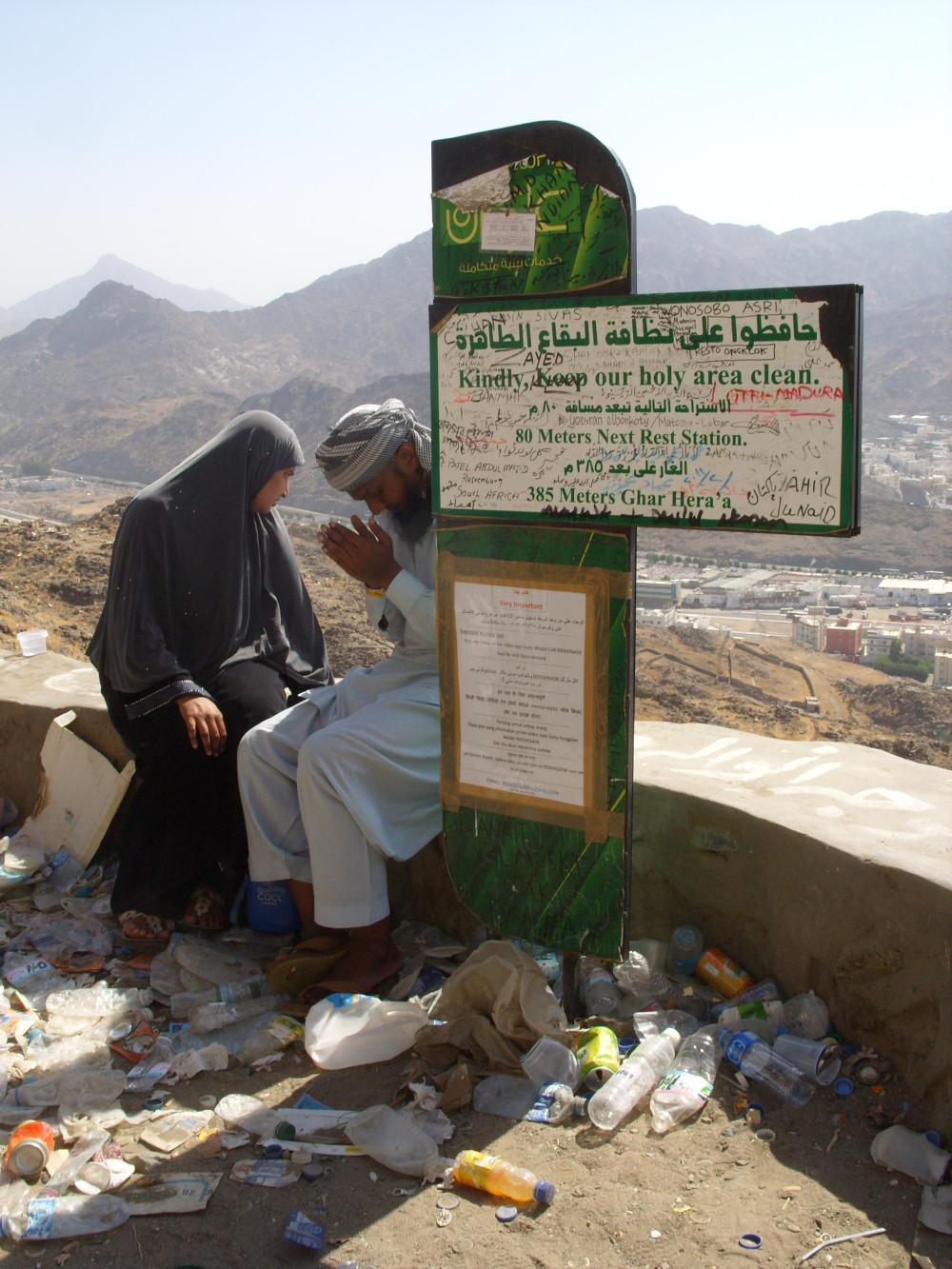 Müslümanlar için kutsal mekanlardan olan Hira dağına tırmanış yolu. Ayetler de içeren uyarı tabelası ve atılan çöpler