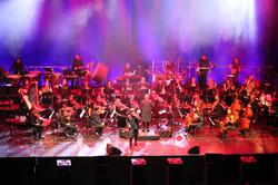 Orchester und Mic Donet