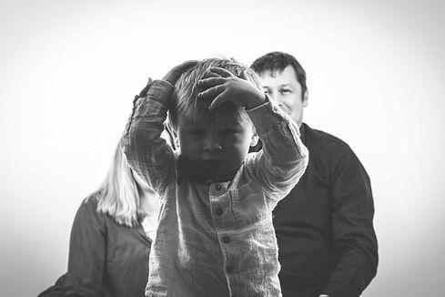 Kinderfotografie Bamberg Deutschland, Kleinkind, Haare raufen, keine Lust zu fotografiert zu werden, Eltern, Fotostudio, Lachen, Süß, Kinder,