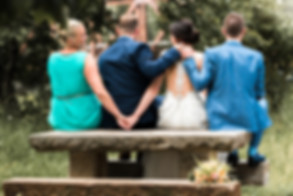 Hochzeitsfotografie Bill Drechsler, Brautpaar und Trauzeugen, Hand geben, freundlich, zusammen sitzen, Freundschaft, Pettstadt Fähre, Liebe