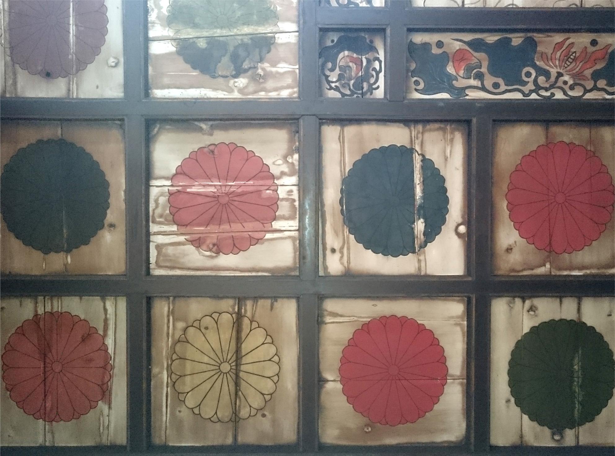 天井の菊花紋