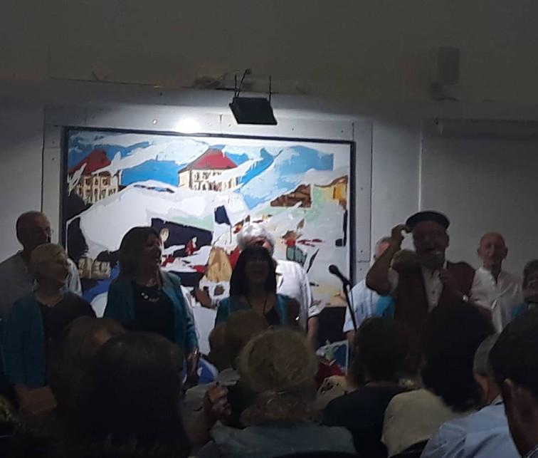 מקהלת השדרה שרה משירי ארץ ישראל הישנה והטובה בפתיחת התערוכה