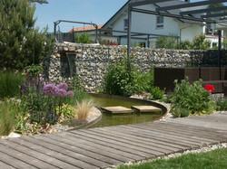 Wassergarten mit Holzdeck - Gärten & Pools Sven Studer AG