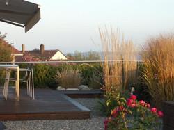 Holzdeck im Garten - Gärten & Pools Sven Studer AG