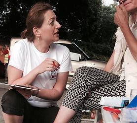 Zdravotná sestra Janka Korimová poskytuje zdravotnú konzultáciu žene bez domova.