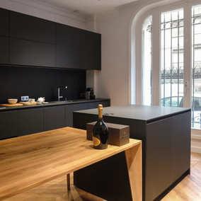 Black kitchen dans le 16e