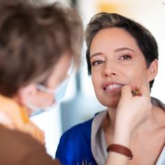 Maquillage de la mariée en cours...