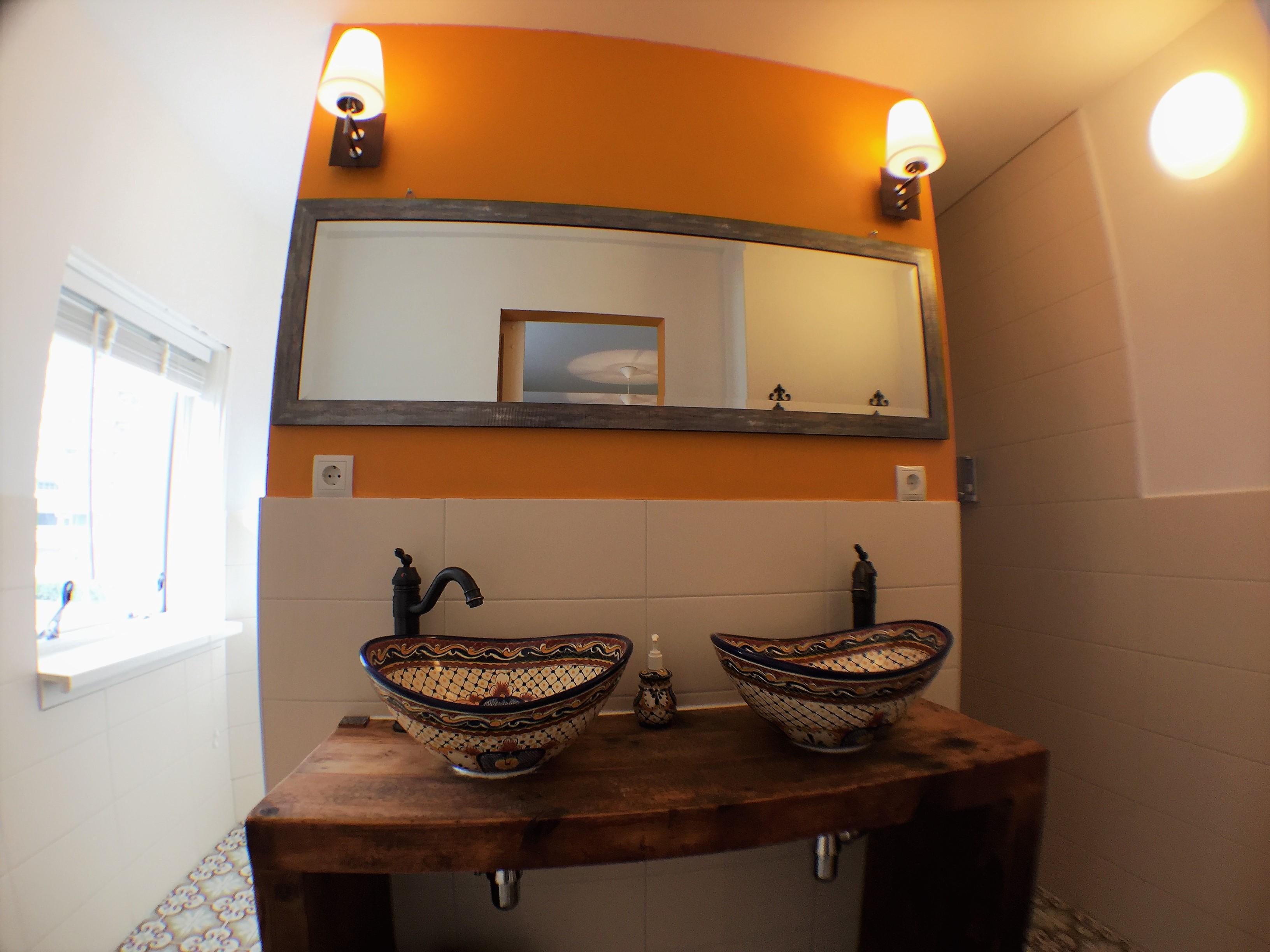Badkamer met WC en douche