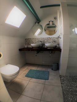 Frisse badkamer met eigen douche