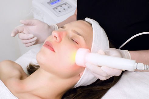 beautician doing red led light therapy t