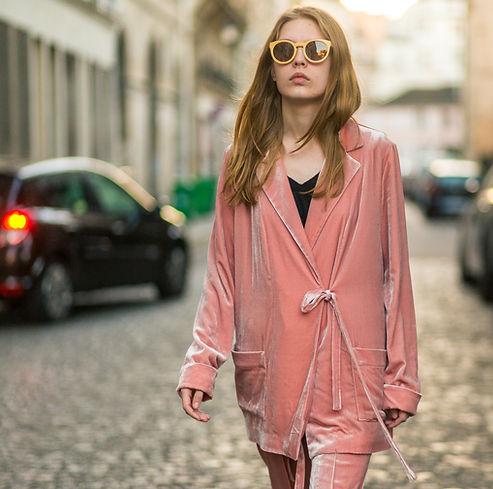 на улицах Парижа бархатный пижамный костюм нежно розовый