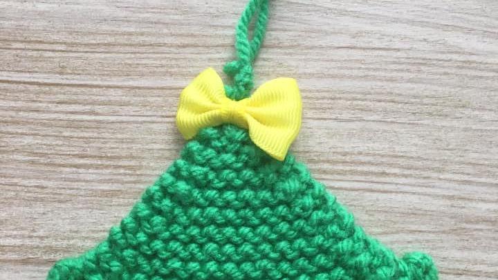 Sapin vert en laine nœud jaune déco ornement de Noël